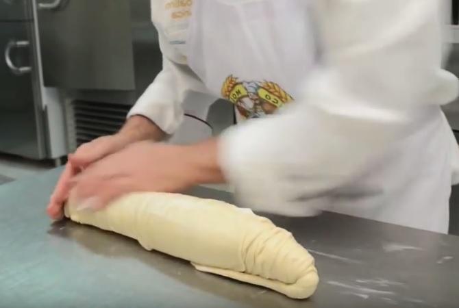 Сфольятелла, готовый к охлаждению рулон теста, щедро смазанный изнутри свиным жиром