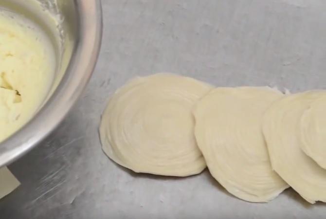 Сфольятелла - лепешки перед начинкой
