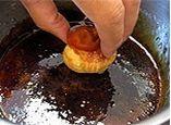 Шарики для Сент Оноре окунают в карамелизованный сахарный сироп